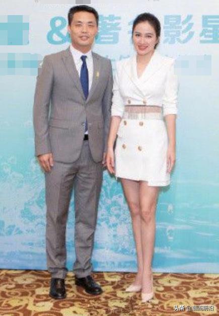 叶璇单身后美出新高度!白色西装当裙穿,39的年龄19岁的状态