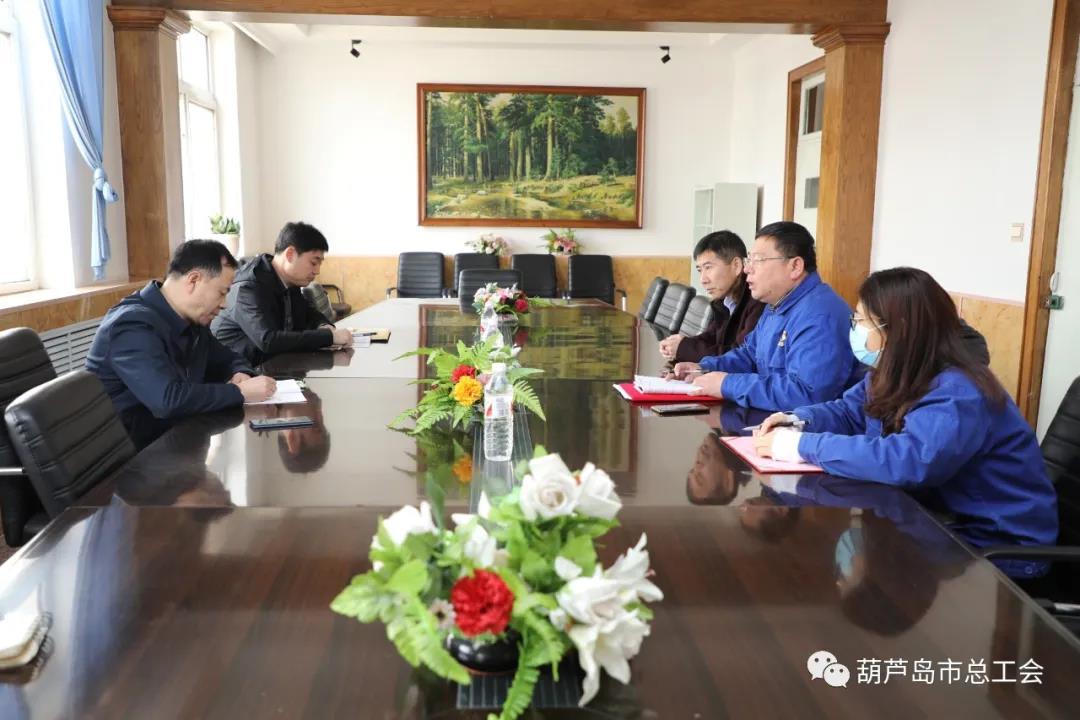 市总工会副主席徐景友向企业发送政策,帮助中小科技企业发展