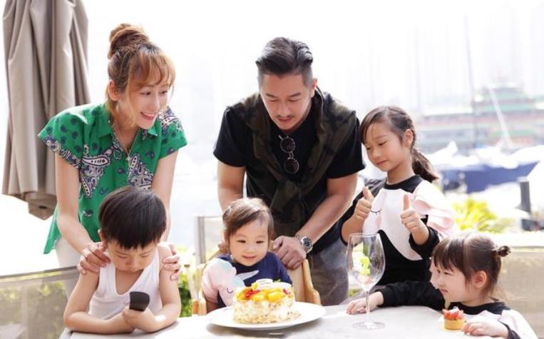 三个孩子以上的明星家庭都有谁?别老是抓着陈浩民,还有更夸张的