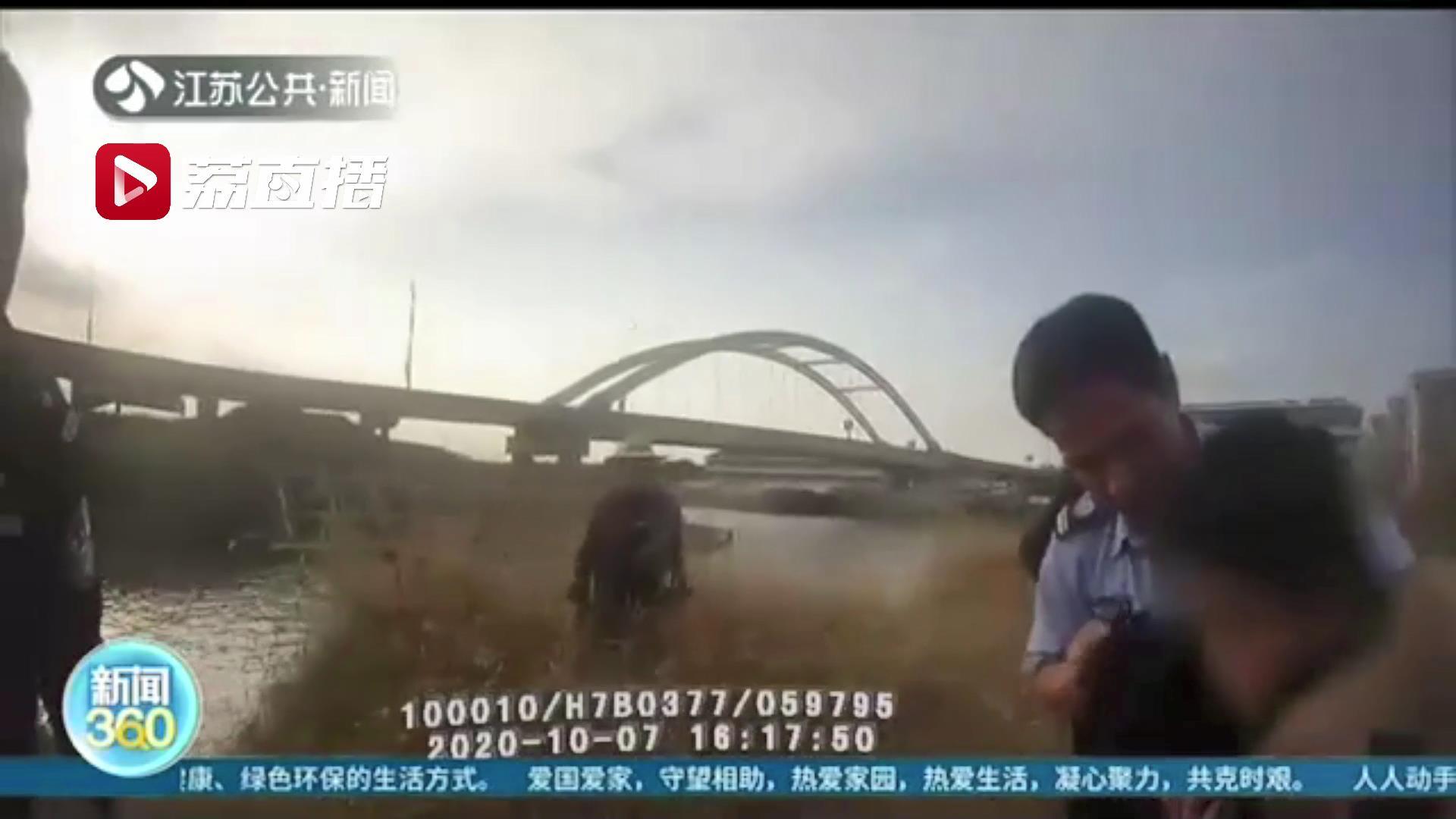 男孩坠河命悬一线 民警合力及时出手相助