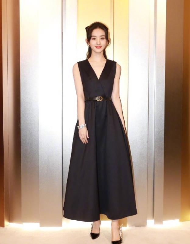 赵丽颖恢复单身气质绝了!穿黑色印花连衣裙,瞬间秒变成18岁少女