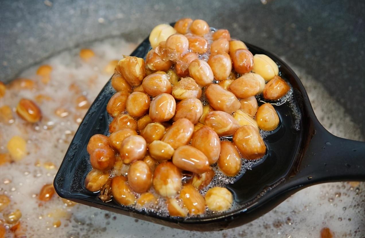 炸花生米,下油锅前多做一步,花生米不易糊更酥脆,比直接炸好吃