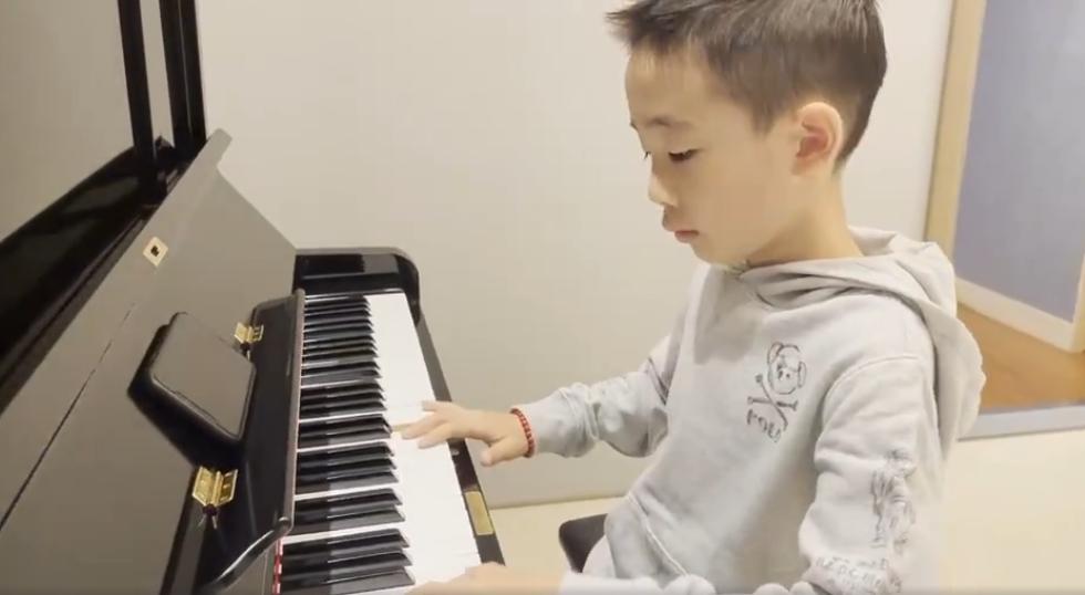 應采兒曬大兒子彈鋼琴,陳小春闖入後畫風突變,父愛如山體滑坡