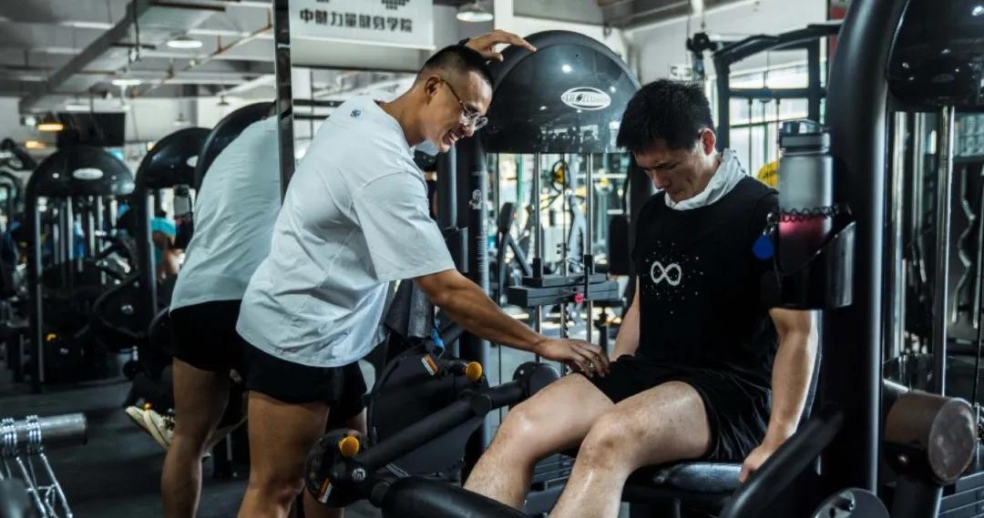 把衬衫撑爆的健身裁判找到了,他竟然是中国先生