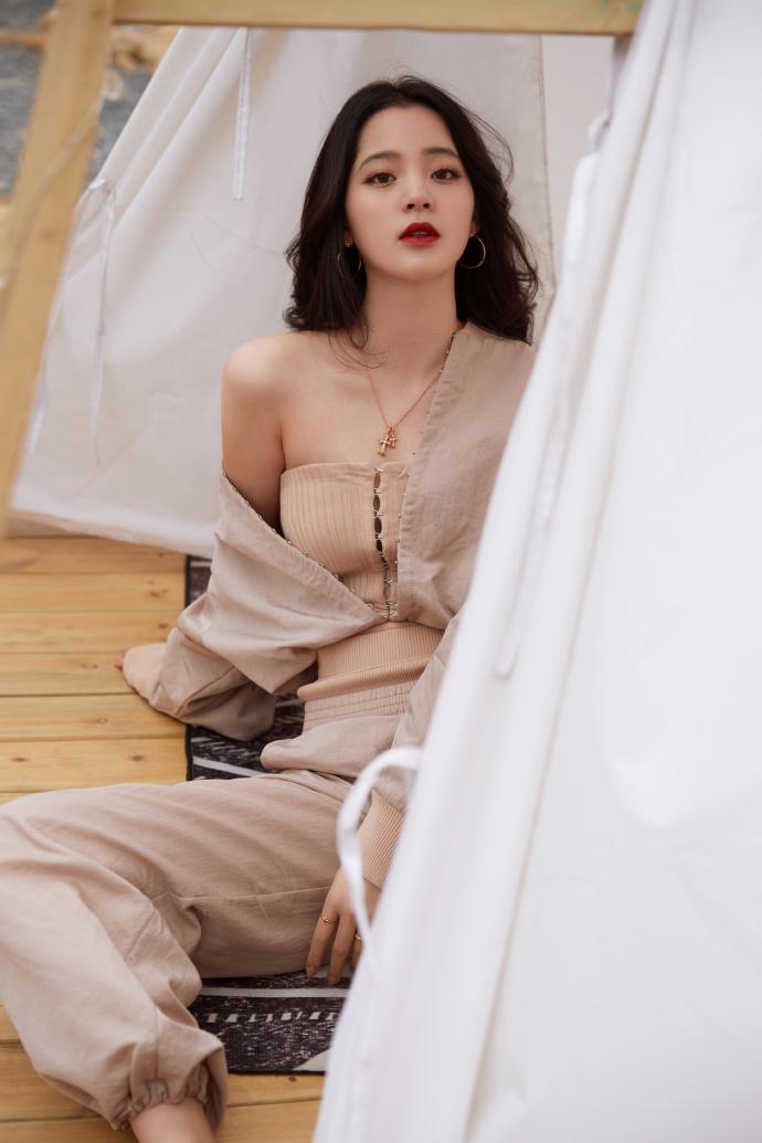 名门泽佳:欧阳娜娜写真释出,棕色套装搭波浪卷发效果御姐范十足