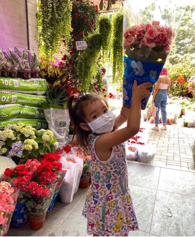 郭晶晶大女兒近照,背著169元米老鼠背包逛街,4歲名媛接地氣