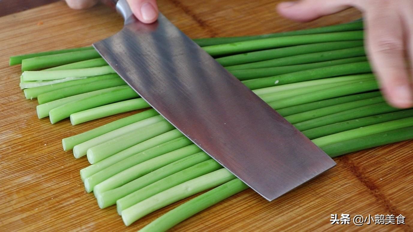 炒蒜苔时,最忌直接切直接炒,多加这2步,蒜薹又脆又嫩还入味 美食做法 第3张