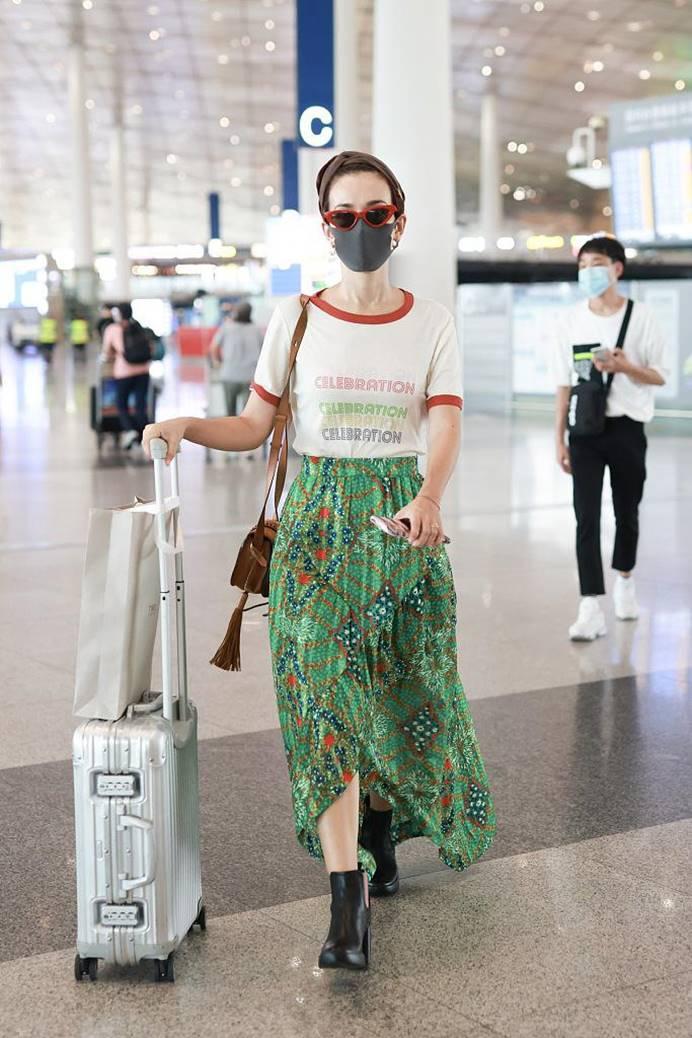 """被卢靖姗惊艳了,穿大绿裙演绎""""红配绿"""",不仅不土,意外的时髦"""