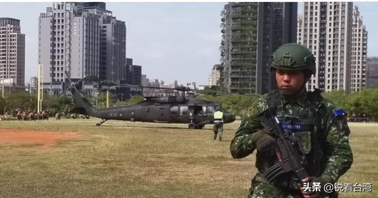 """局势紧张,台军5天4夜演练""""战备""""今早阿帕奇和黑鹰直升机降落新竹高铁空地"""