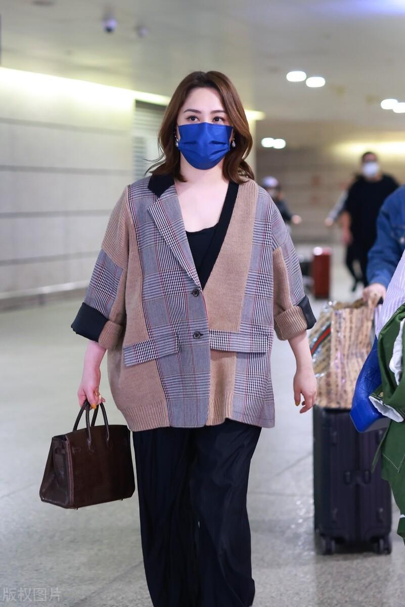 阿嬌低調走機場,穿寬鬆西服配闊腿褲很隨性,身材發福依然美麗