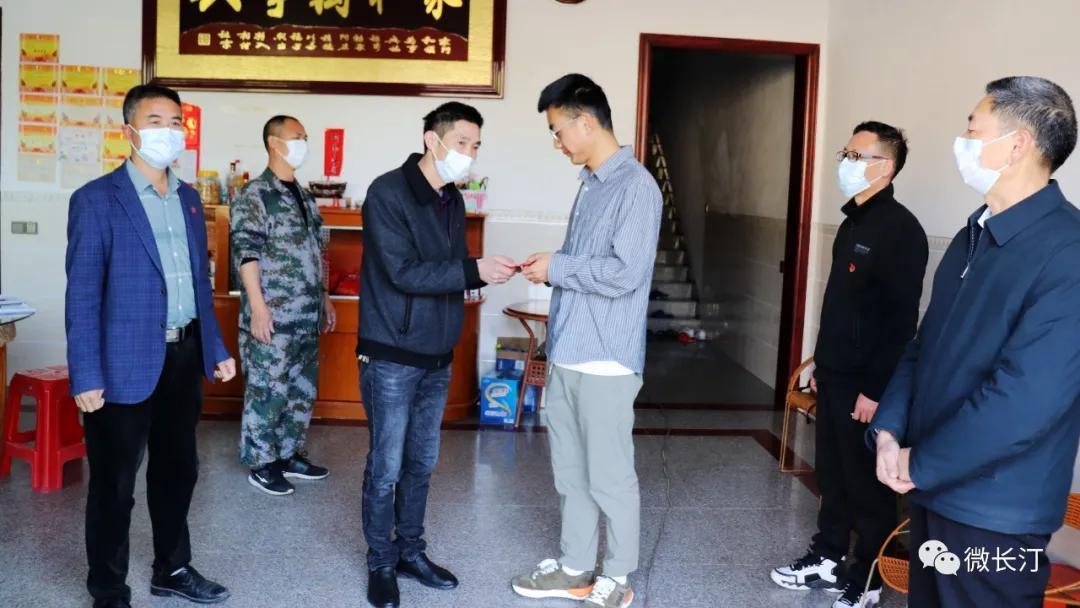 长汀县馆前教育发展协会为53名优秀学子送去2.95万元慰问金