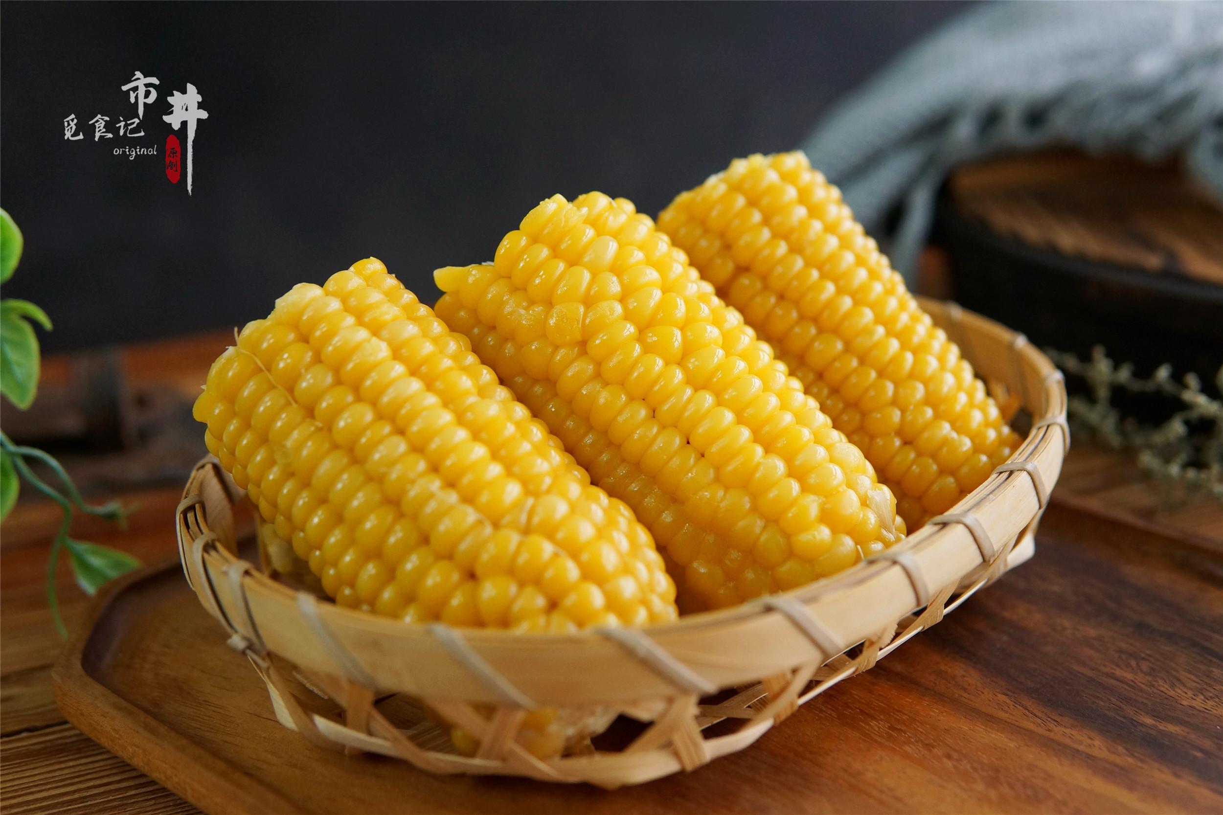 冬天煮玉米,别只会用清水,多加几样料,玉米不老不硬,软糯香甜