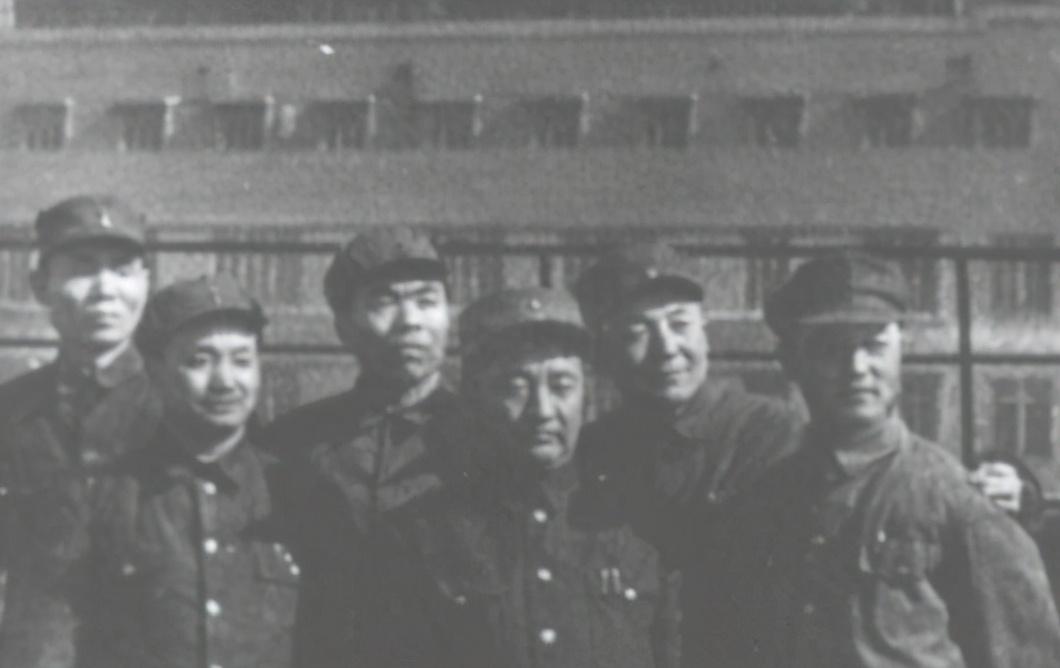 此人曾为国民党军长,因在抗美朝战争中立下大功,毛主席亲自接见