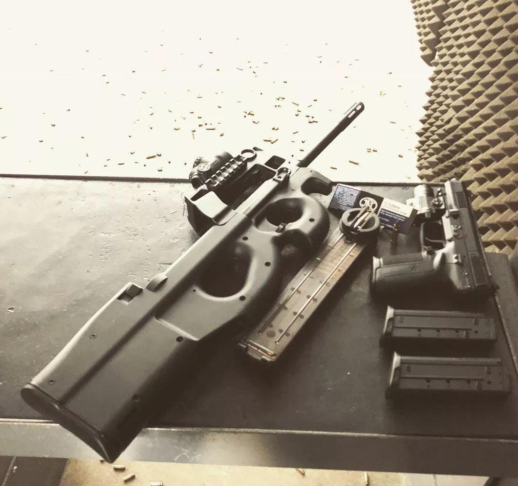 """FPS游戏中的""""小钢炮"""":P90冲锋枪"""