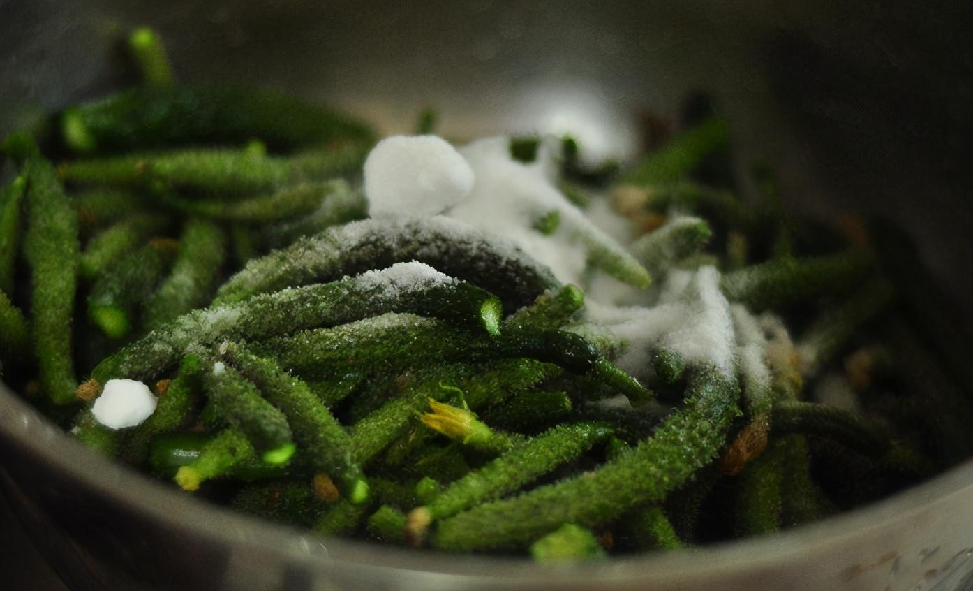 天热了,用这个方法腌黄瓜,脆嫩爽口,一次腌10斤不够吃 美食做法 第4张