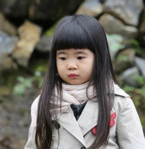 曹格女兒長大變女神! 穿白衣短裙露小鳥腿,氣質溫柔被讚仙女下凡