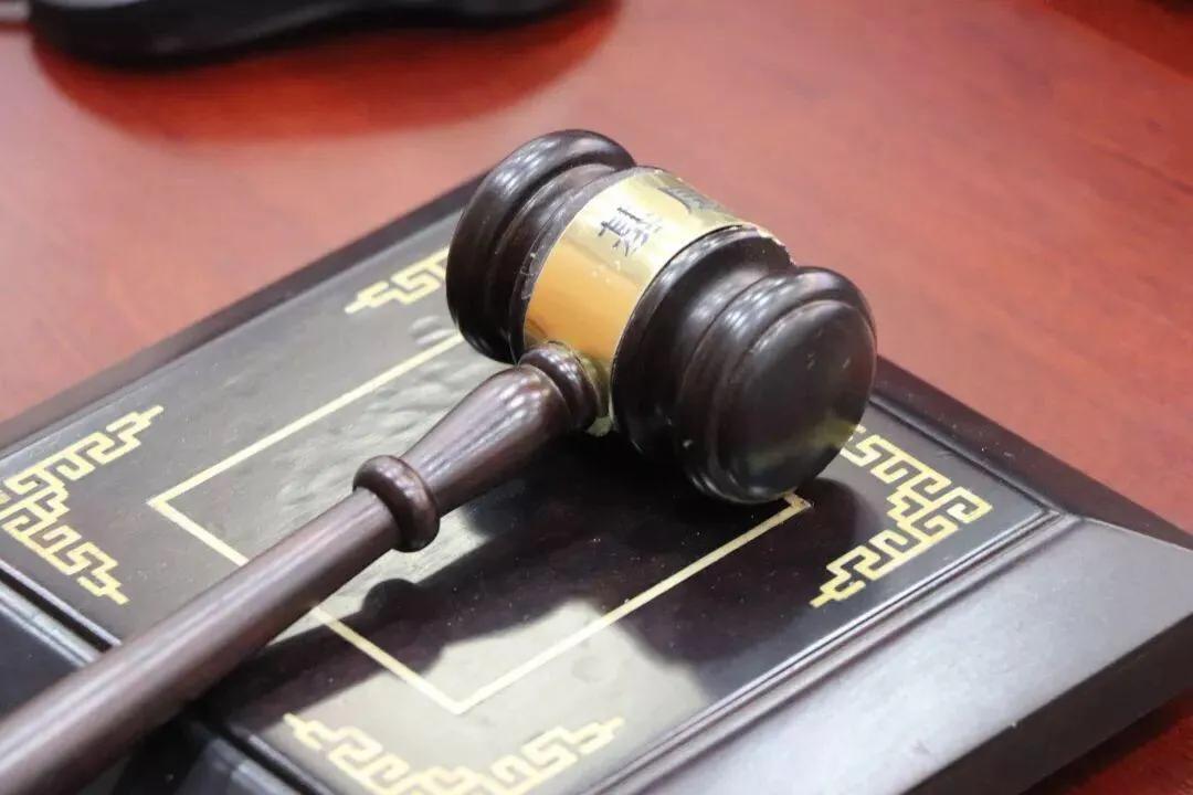 申請人到登記現場申請登記,但提交的材料不齊備或者不符合法定形式的,登記機關應出具什么登記文書給申請人?