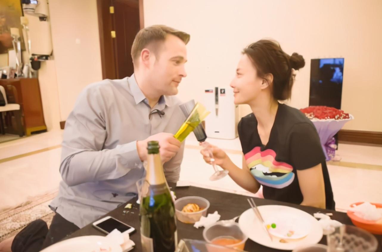 43歲馬雅舒近照,拍戲間隙手捧與老公親吻照甜笑,似熱戀中少女