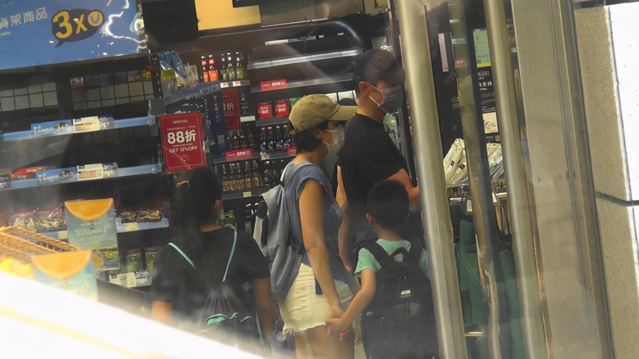 陳豪陳茵媺一家五口逛超市畫面溫馨,7歲大兒子揮手告別超有禮貌