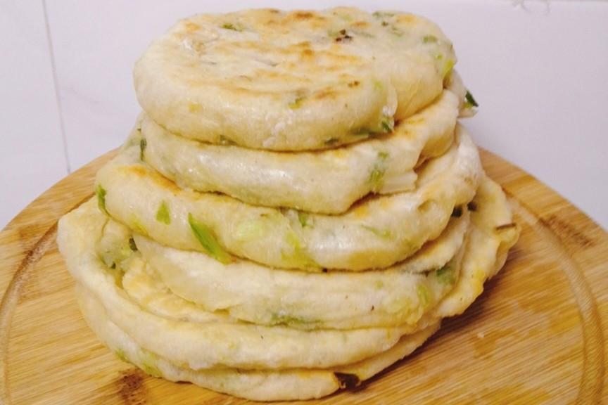 教你做凉了不硬的葱花饼,不揉面不烫面,酥脆香软,当早餐正合适 美食做法 第12张
