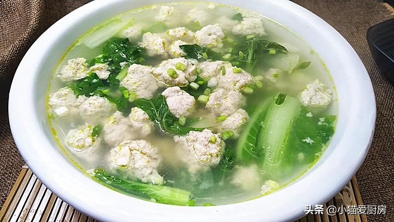 年夜饭 用猪肉和豆腐做的丸子汤 丸子滑嫩爽口 汤清香好喝