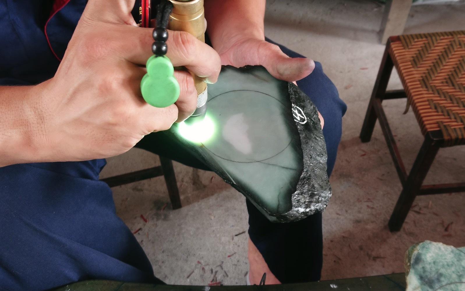 翡翠手镯是如何加工制作的?