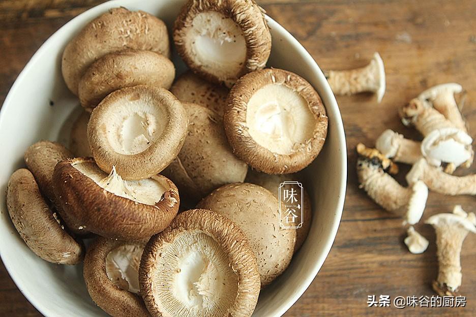 买香菇时,干香菇和鲜香菇哪个才好?原来差别可大呢,别再买错了