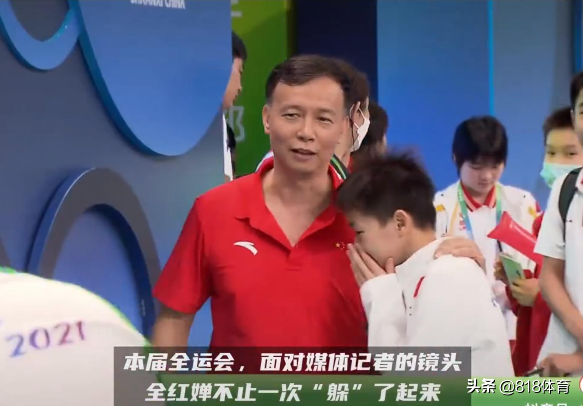 可爱!全红婵经过混采区被记者拉着采访,何教练赶紧薅衣领将她拽走