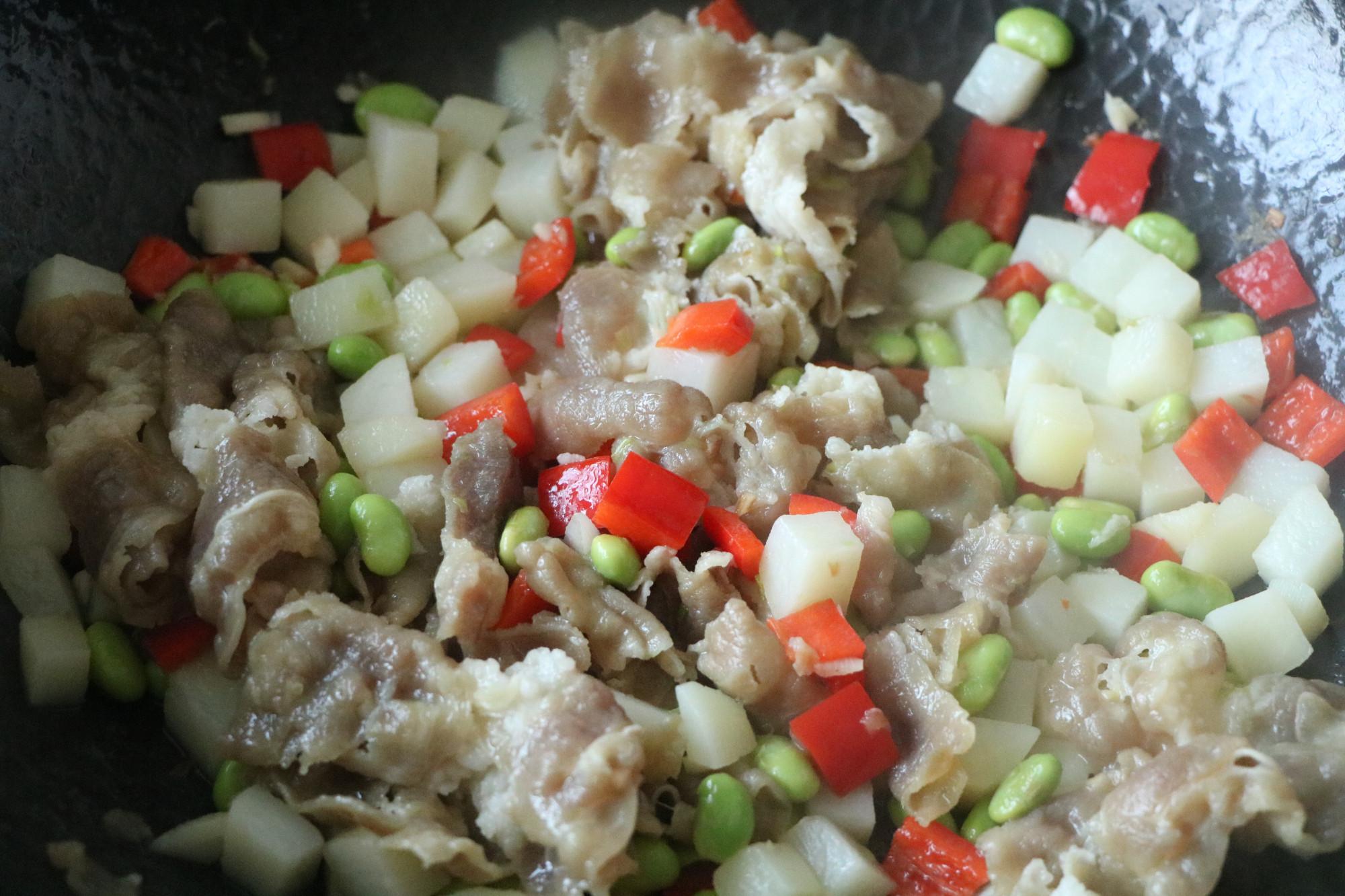 入冬必備的懶人飯,有肉有菜,省時省力,濃濃的湯汁拌米飯,太香