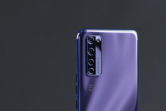 开创时代意义的全球首发屏下摄像手机 中兴Axon 20评测