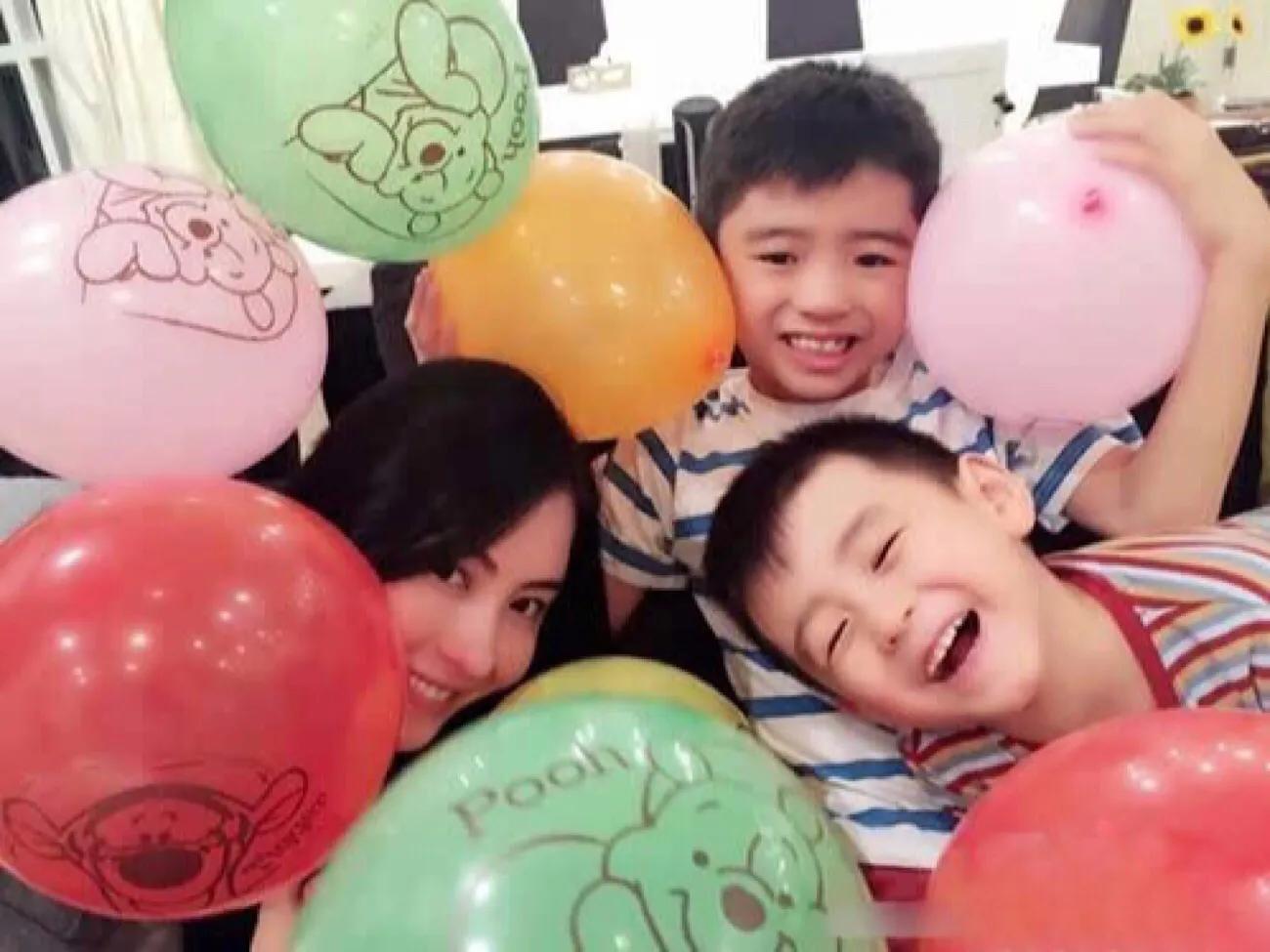 張柏芝拍廣告道具相框搶鏡,Lucas和小Q向媽媽獻吻超有愛
