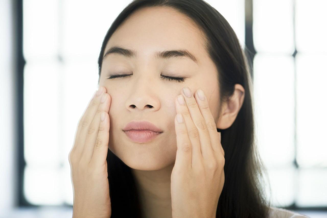 皮肤是否缺水,从这4个方面可知道,教你3招补水技巧,让你肌肤水嫩水嫩