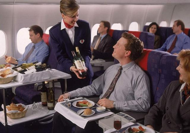 """空姐经常挨饿,为什么不愿吃飞机餐?乱吃""""易出事"""""""