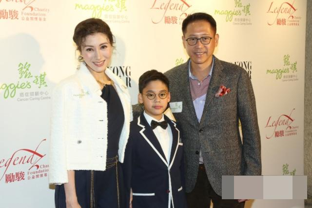李嘉欣10岁儿子变小网红,10亿豪宅内录视频解说,高清正面曝光