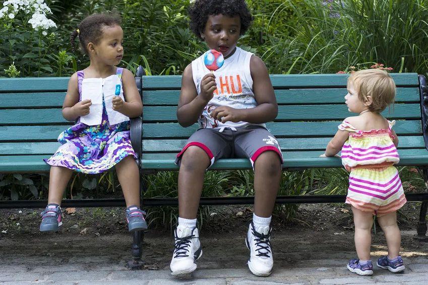 当孩子眼巴巴羡慕别人时,我们的回应将决定他未来幸福的基点