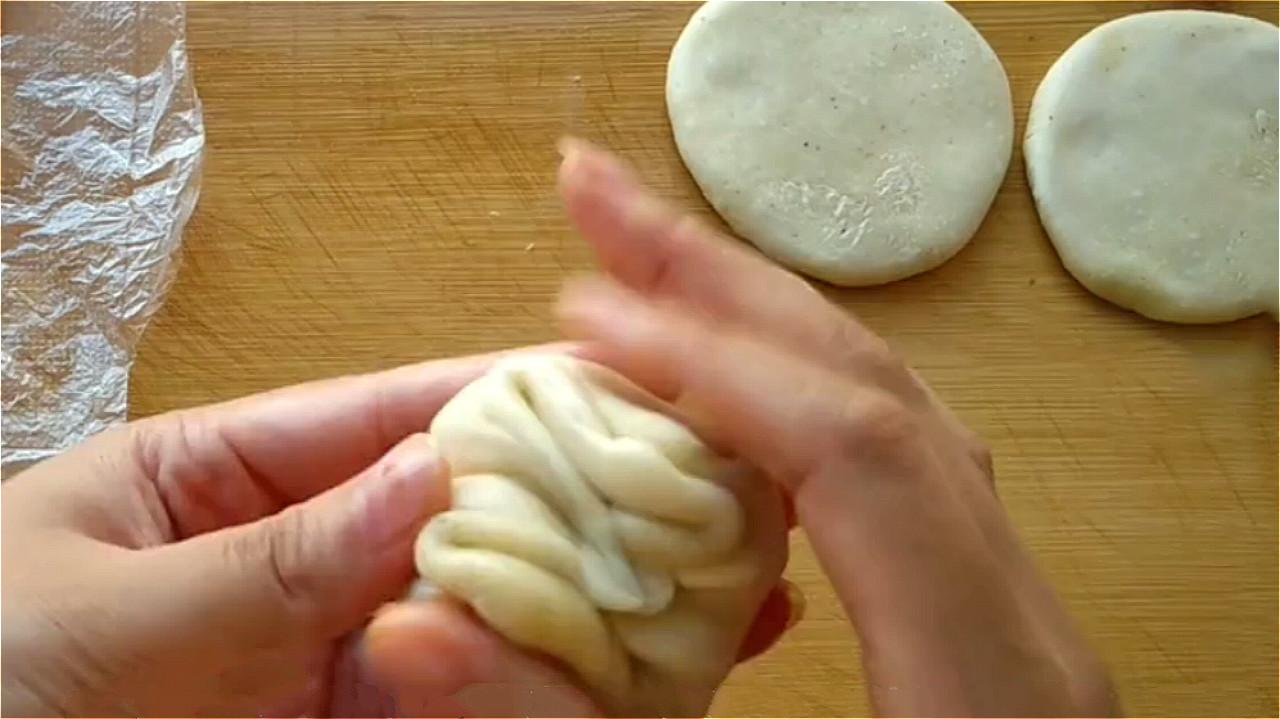 椒盐饼吃着太香了,无技巧难度教你在家做,一卷一捏,外酥里香 美食做法 第16张