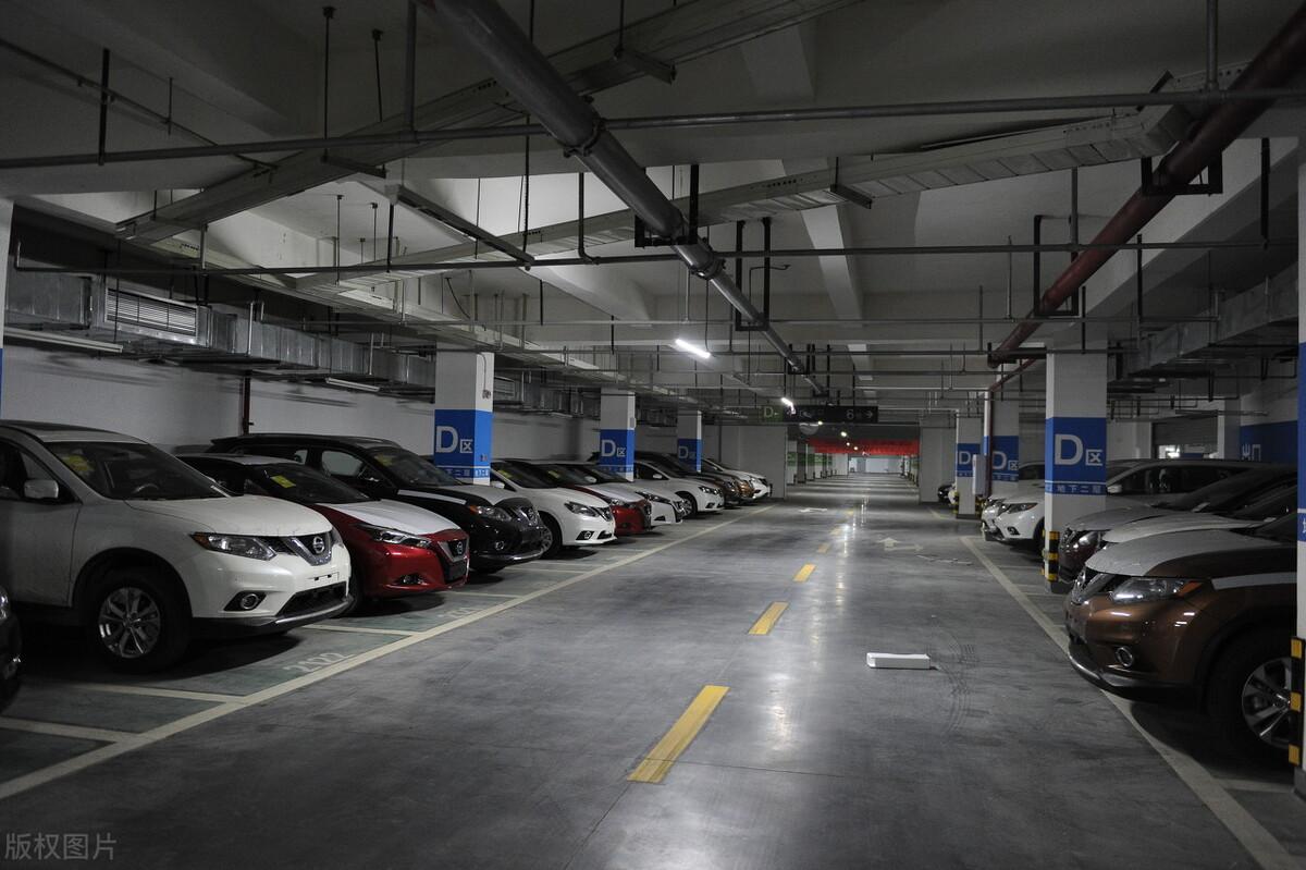 小区车位物业擅自收费,2021法律规定:这2种车位归业主所有