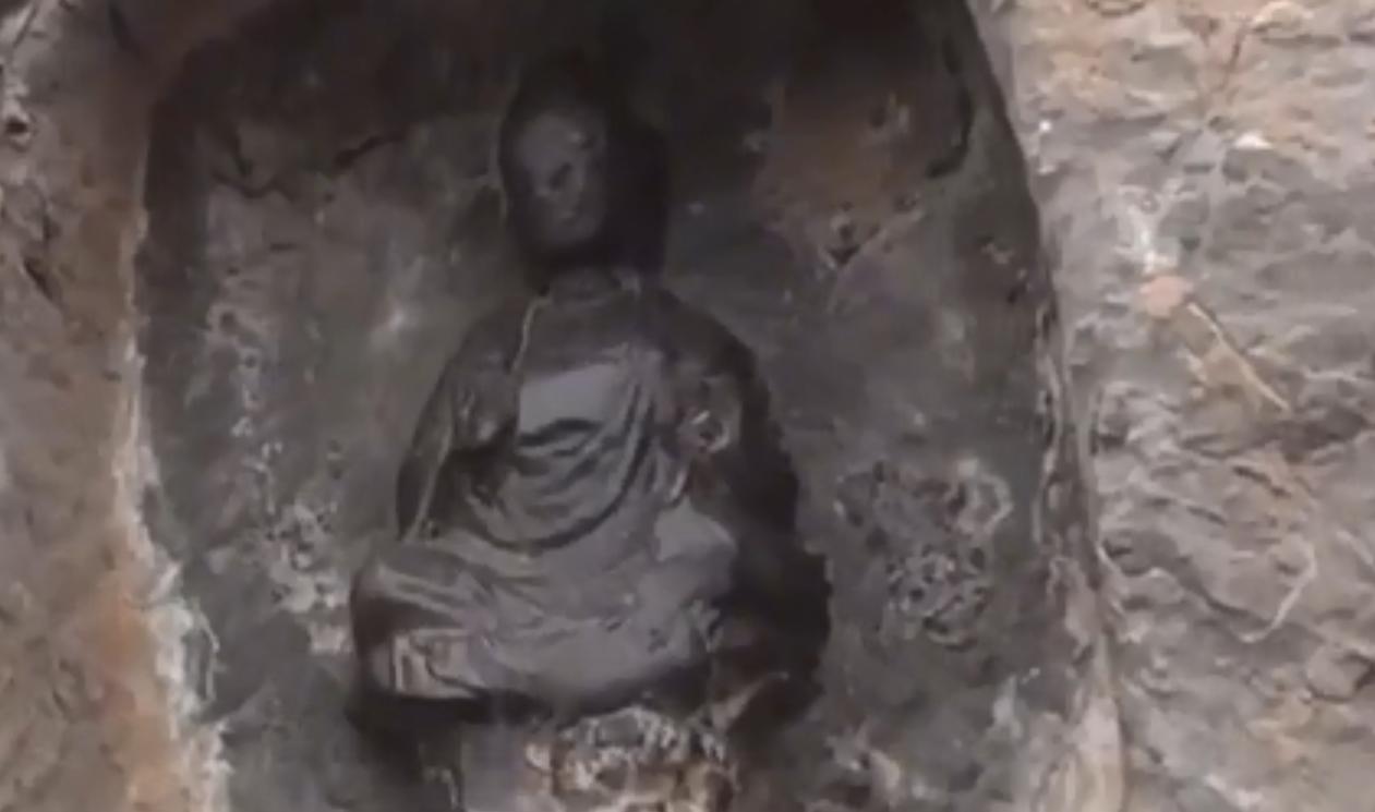 千年佛像被摸出包浆!龙门石窟景区游客爆棚,都伸手触摸佛像,景区紧急焊装围挡