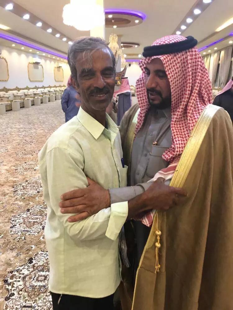 老人在这个沙特大家庭工作了35年,离别时三代人排队为他送行!