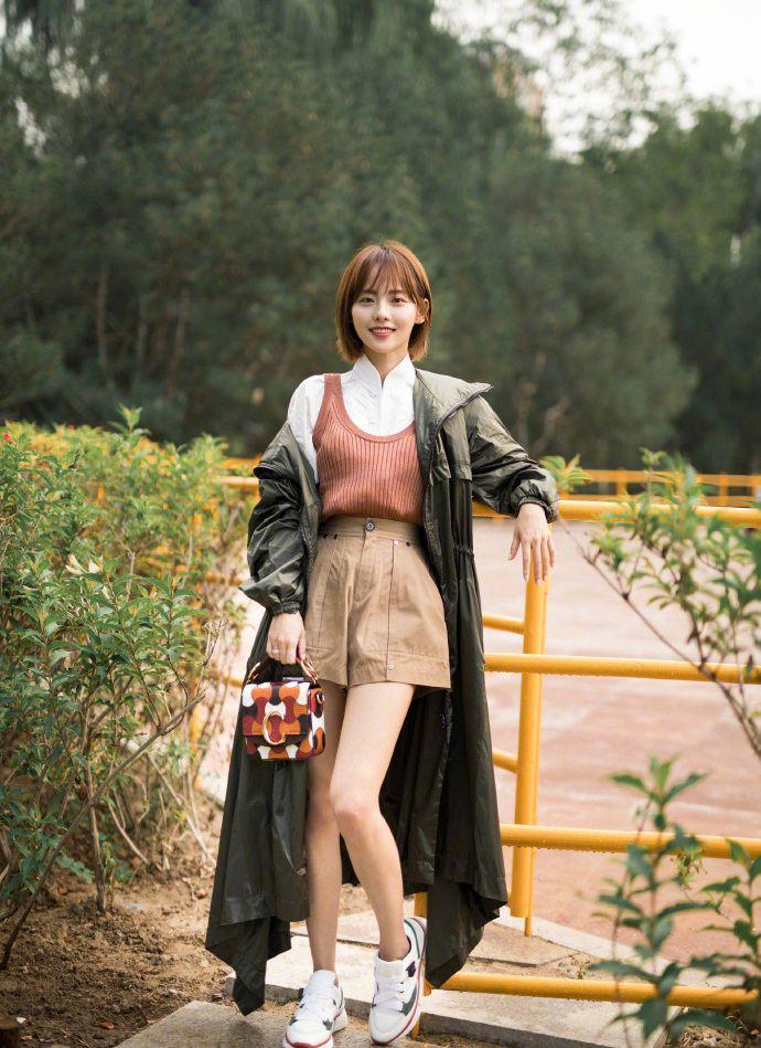 32岁张嘉倪,一身清纯装扮加上可爱短发,秒变青春少女