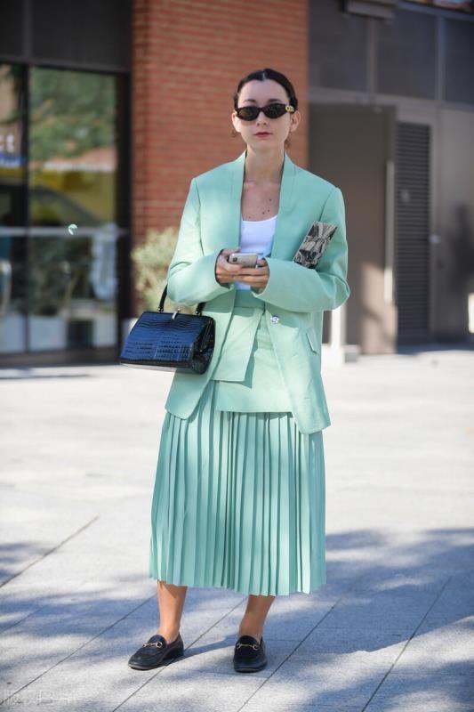 """初秋裙子怎么选?这条""""百褶裙""""安排起来,优雅时髦毫不费劲"""