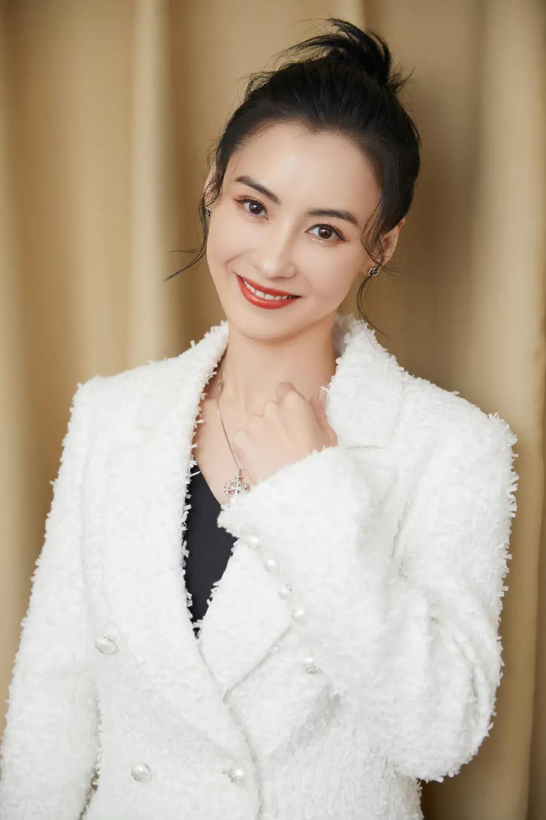 网友偶遇张柏芝大赞真人太美,高糊镜头难掩美貌,星范十足