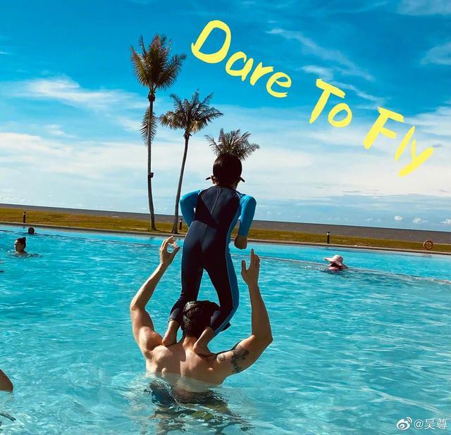 吳尊一家海邊度假,男神41歲肌肉搶眼,兒子站在吳尊肩膀跳水