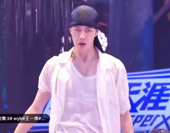 """王一博在水舞台跳到脱妆,离开""""神仙滤镜""""后,还是你的男神吗?"""