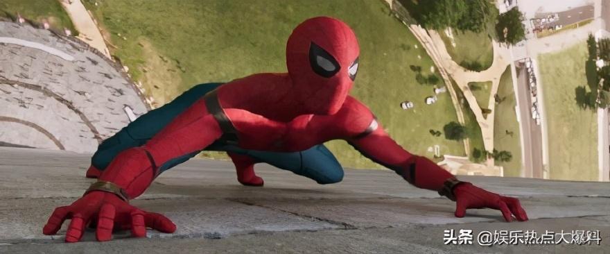 荷兰弟拍蜘蛛侠英雄归来3 穿蜘蛛侠制服戴口罩