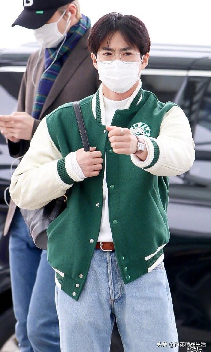 Lisa身穿绿色复古风棒球夹克与EXO队长金俊勉撞衫