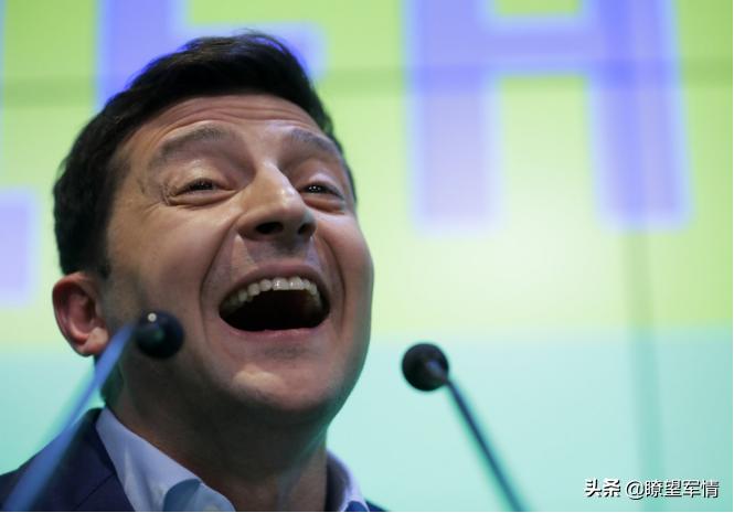 美国宣布停止对乌克兰军事援助,喜剧总统第9 次被耍仍在舔狗