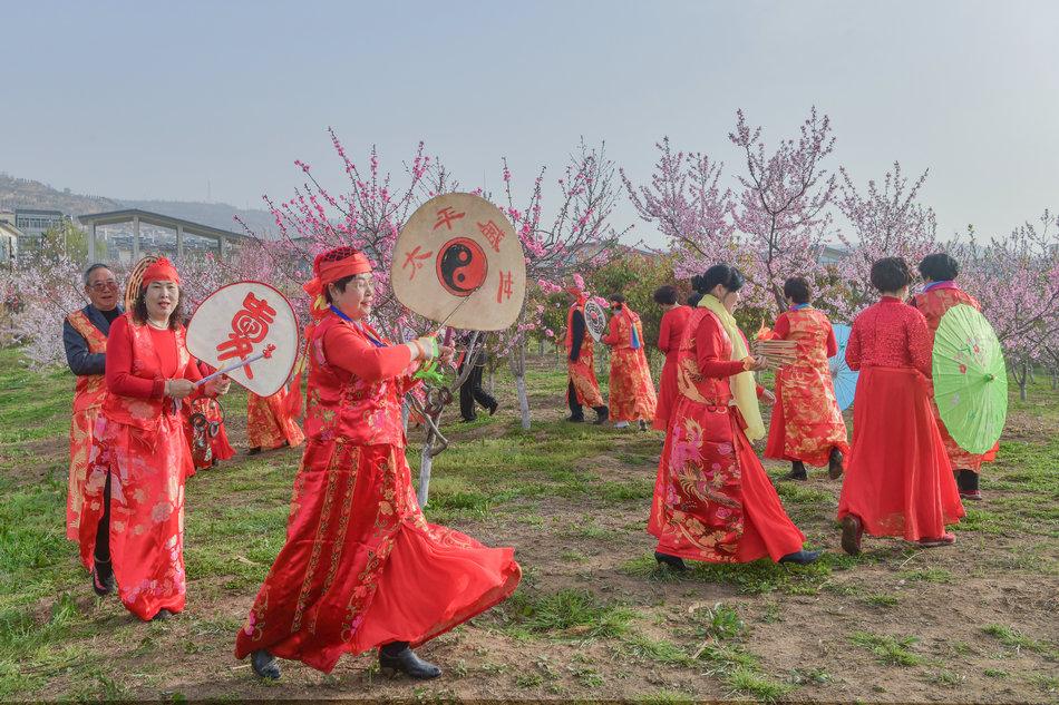 翠湖:桃花灼灼春色美,扇鼓咚咚夕阳红