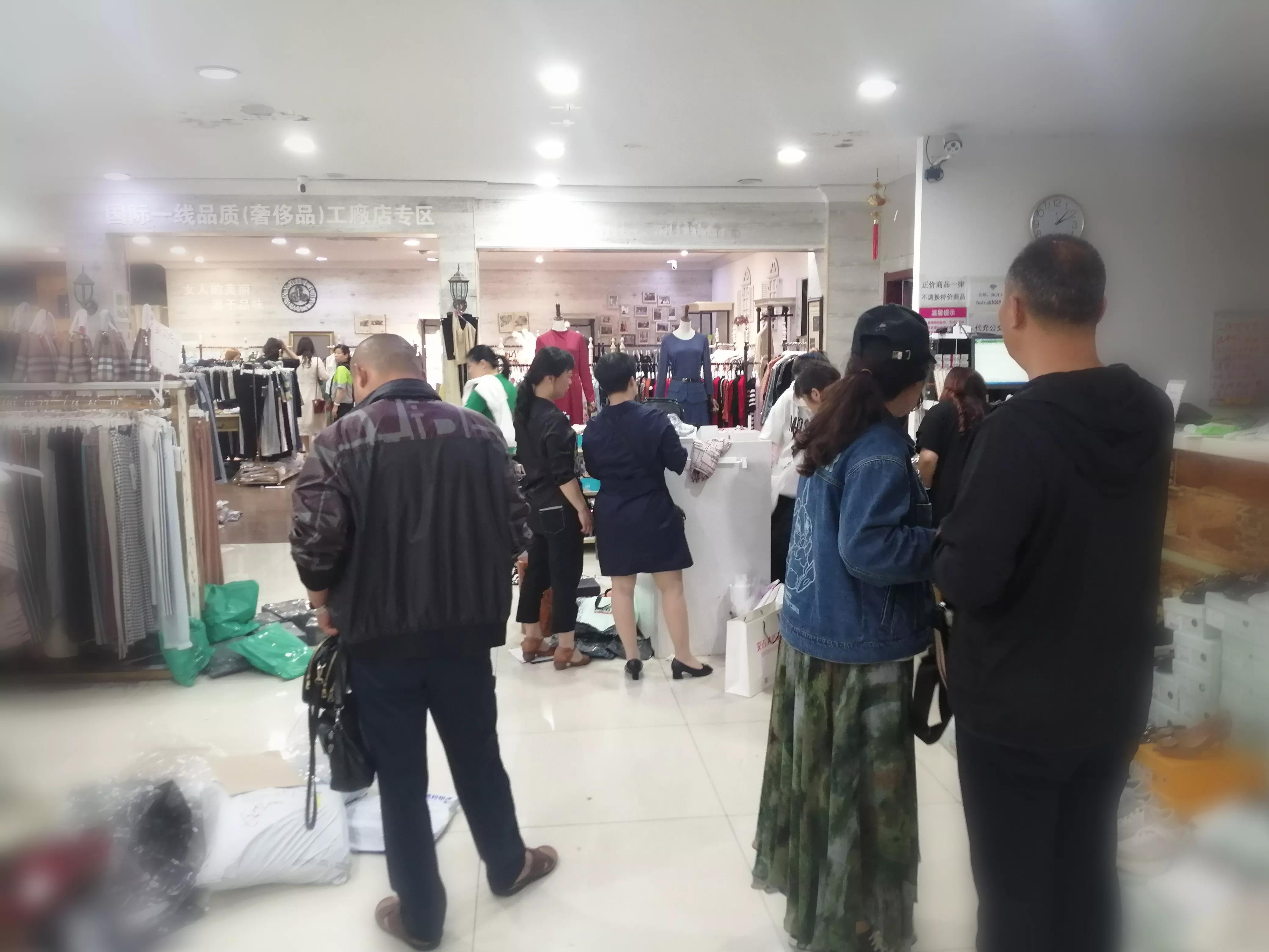 合肥仓储店模式悄然兴起,品牌服装比网店低,客流如潮