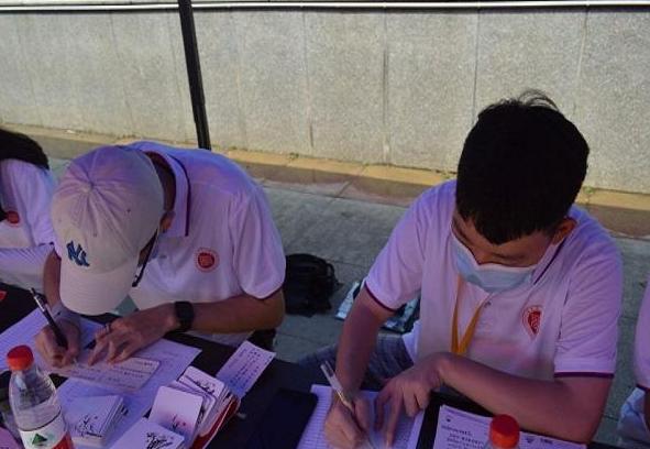 武汉一高校迎新现场:手写500余份明信片 为新生准备别样礼物